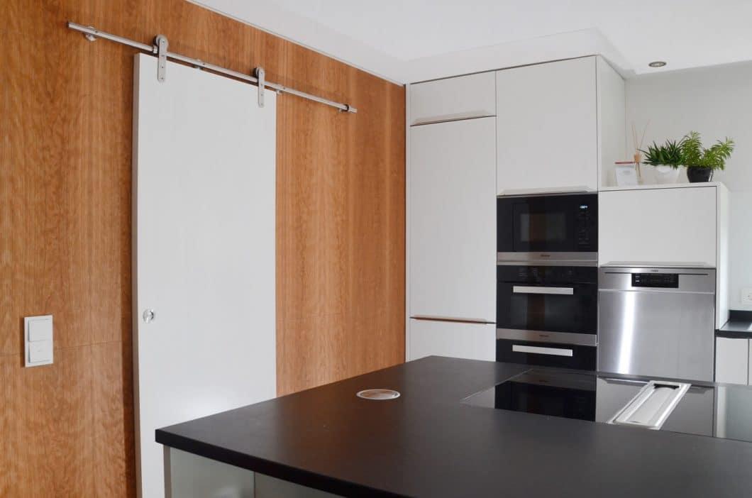Klug ist, wer sich für einen Ansprechpartner mit erweiterten Fähigkeiten entscheidet - beispielsweise eine Schreinerei mit dem Fixpunkt Küche und Wohnen. (Foto: Bühler Holz und Handwerk)