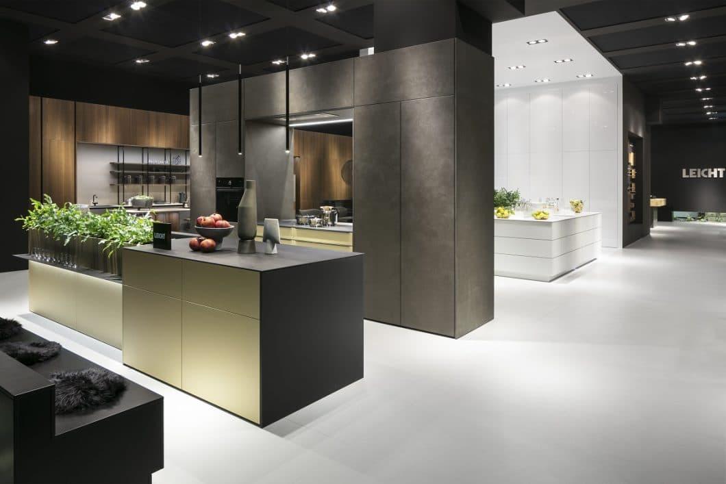 """Der Metallic-Look wurde auf der LivingKitchen 2019 verstärkt an Fronten und Arbeitsflächen gezeigt. LEICHT setzt hierfür die supermatte Schichtstoff-Oberfläche DORADO in der Farbe """"oro luz"""", spanisch für """"Goldenes Licht"""", ein. (Foto: LEICHT Küchen)"""