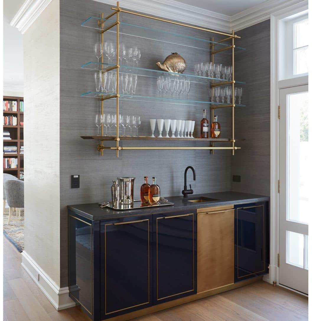 Die hocheleganten Metallküchen von Amuneal, oftmals kombiniert mit Lack, Holz und Glas, erinnern an den noblen französischen Landhausstil. (Foto: Amuneal)