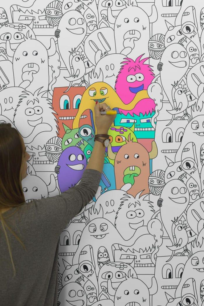 """Quietschbuntes Vergnügen: Die Kindertapeten mit Blumen, Mustern und Monstern ist abwaschbar und kann immer wieder neu angemalt werden. Wallpaper """"Colour-in-press-monster"""", muralswallpaper.co.uk"""