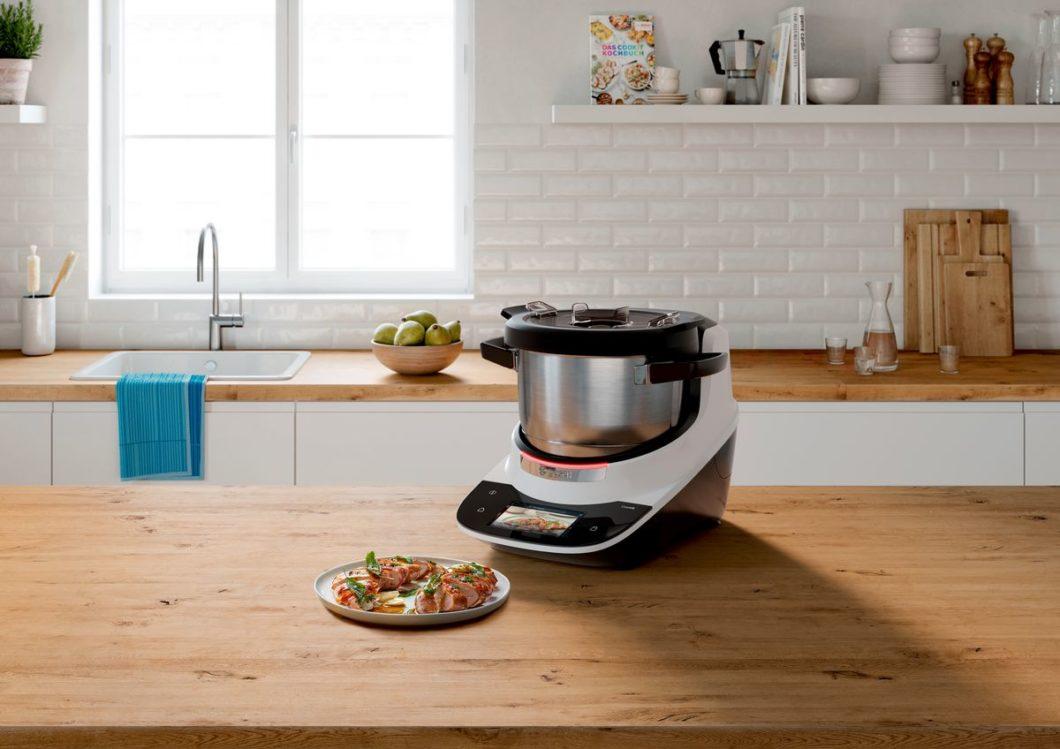 """Eleganteres Design, starke Funktionen und eine nützliche Verknüpfung mit anderen Haushaltsgeräten: die """"Cookit""""-Küchenmaschine von Bosch wird zum großen Konkurrenten des Thermomix. (Foto: Bosch)"""