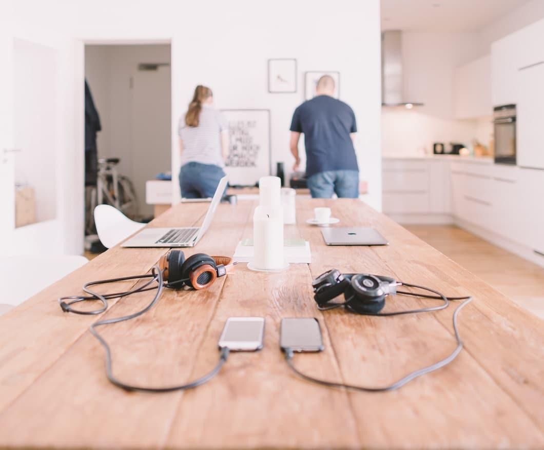 Beim Arbeiten, Kochen, Essen der Mittelpunkt des Küchenraums - für Sie, für Ihn, für die ganze Familie. Das hier verwendete Lärchenholz ist übrigens besonders robust und eignet sich auch ideal für massive Holzarbeiten im Außenbereich. (Foto: Crew)