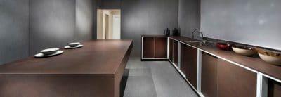 Dekton von Cosentino wurde gerade ins Sortiment der Firma Rosskopf & Partner aufgenommen: Es wird in kürzester Zeit ultraverdichtet und ist daher nahezu porenlos und sauber. (Foto: dekton.de)