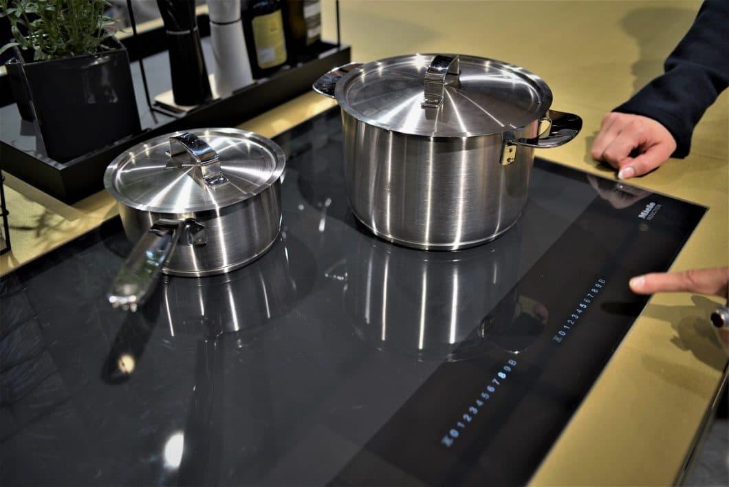 """Live auf der IFA im Test: auf der Kochfläche platzierte Töpfe werden von der Miele Vollflächeninduktion automatisch erkannt und einer Zahlenreihe - der sogenannten """"SmartSelect"""" zugeordnet. (Foto: Sophie Engelhard)"""