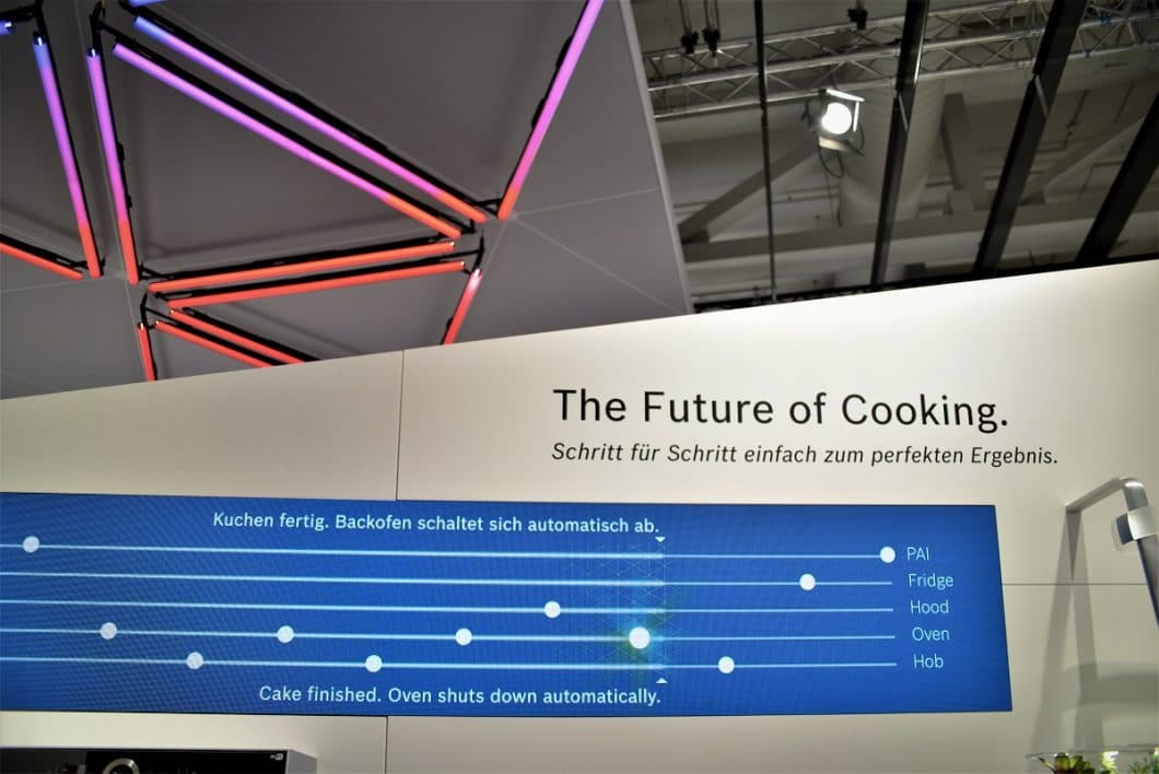 Die Zukunft der Küche: sie wird dominiert von einer interaktiven Verknüpfung elektronischer Geräte, die uns die Arbeit abnehmen. Der Mensch steuert all dies mit seinem Smartphone. (Foto: Bosch)