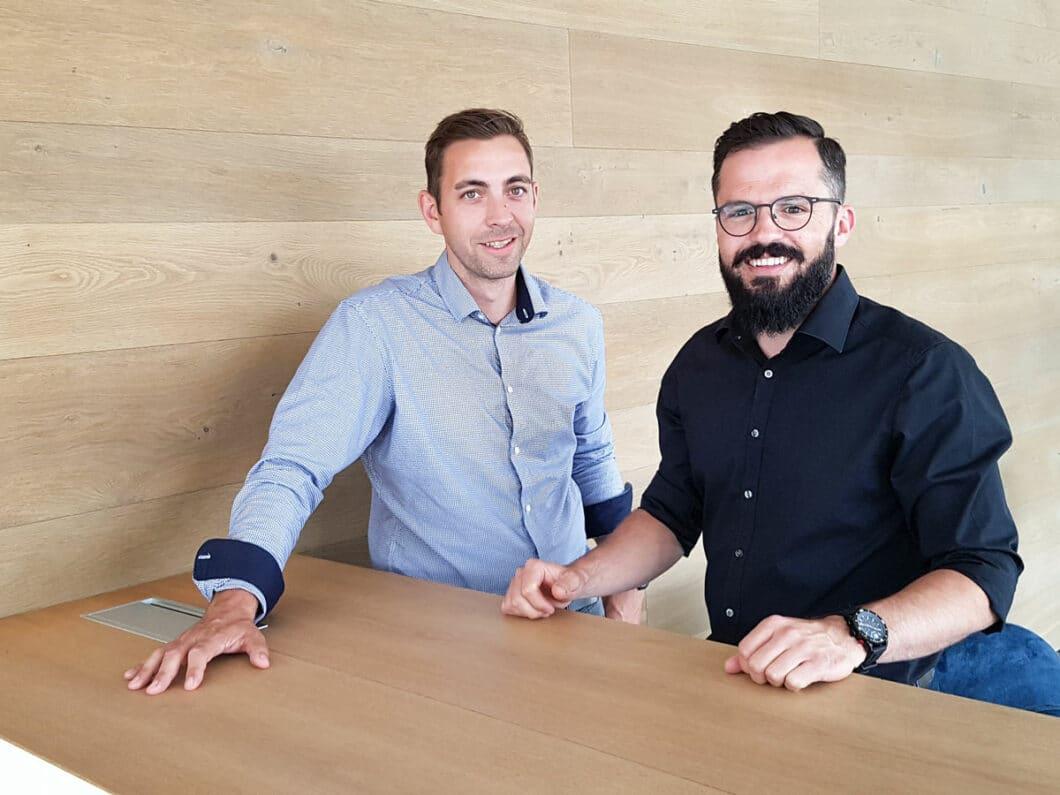 Ein dynamisches Duo, das mittlerweile ein zwölfköpfiges Team aus Innenarchitekten, Planern und Monteuren beschäftigt. Die Geschichte von Danny Hammer (li.) und Siegfried Margrander ist auch die einer Freundschaft. (Foto: Hammer Margrander)
