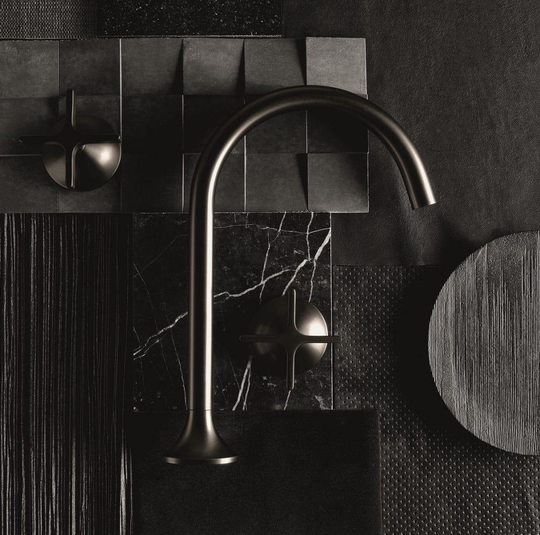 Hinter dem feinen Glanz der Dornbracht Dark Platinum matt-Oberfläche verbirgt sich ein aufwändiges Verfahren, das zum Teil Handarbeit erfordert. (Foto: Dornbracht)