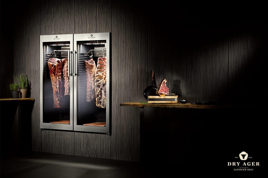 Der Dry Ager hält eine konstante Temperatur von 2°C bei 85% Luftfeuchtigkeit. Das Fleisch wird somit gleichmäßig getrocknet, ohne Bakterien einen Nährboden zu geben. (Foto: Dry Ager)