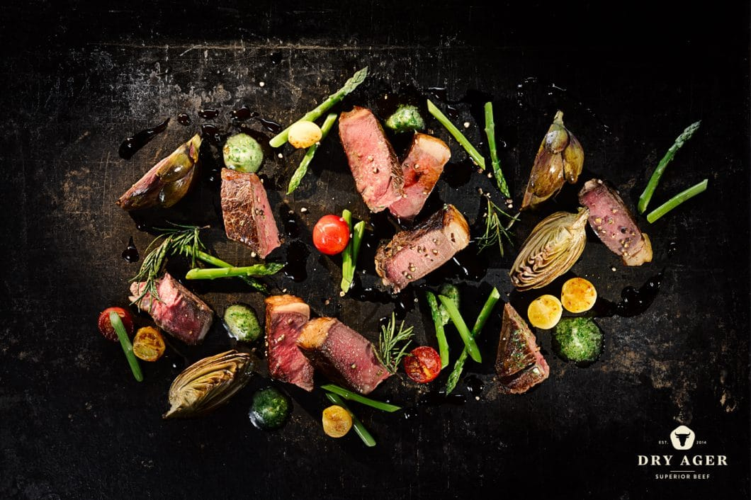 Sowohl Fleisch als auch Käse kann in dem Reifeschrank gelagert werden, um schmackhafte Aromen zu erzeugen. Bei der Weiterverarbeitung zeigen sich die Lebensmittel zart-mürbe, saftig und voller Aroma. (Foto: Dry Ager)