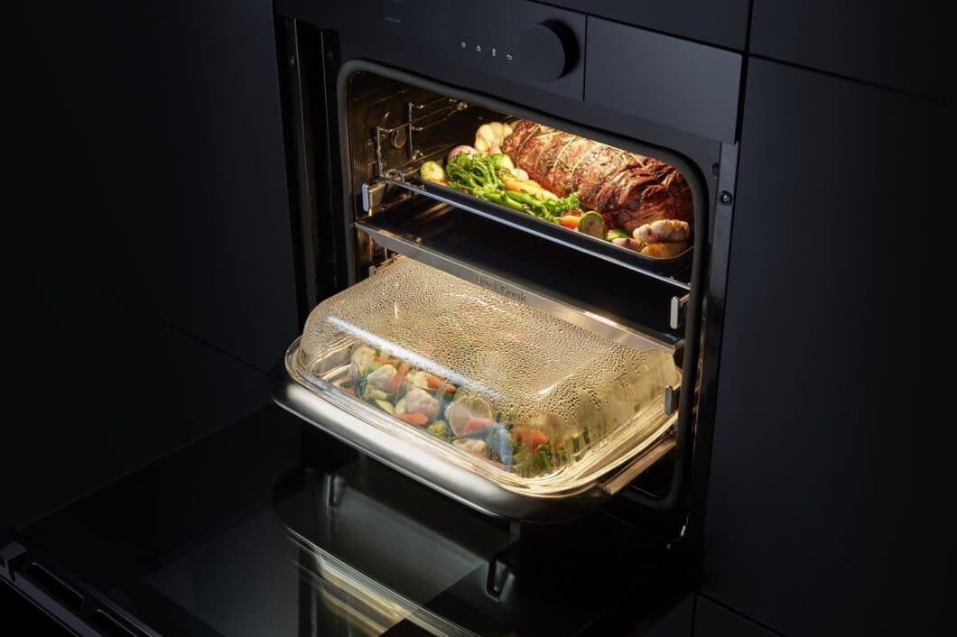 2 Garräume, 2 Kochvorgänge: durch den flexibel einsetzbaren Garraumteiler ermöglicht der Dual Cook Steam-Backofen von Samsung die parallele Zubereitung von Gerichten - ohne Geruchsübertragung. (Foto: Samsung)