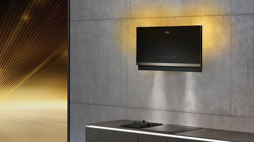 """Sowohl die Design-Dunstabzugshaube als auch der Geschirrspüler können mit dem """"emotionLight Pro"""" in 256 verschiedenen Hintergrundfarben beleuchtet werden. (Foto: Siemens Hausgeräte)"""