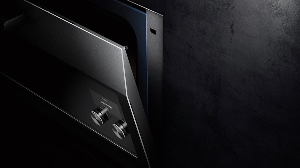 Die fünffach verglaste, thermisch beschichtete Backofentür reflektiert die Hitze nach innen. Sie ist mit einem hauchdünnen Edelstahlblatt von nur 3 mm Stärke versehen, das elegant und funktional zugleich arbeitet. (Foto: Gaggenau)