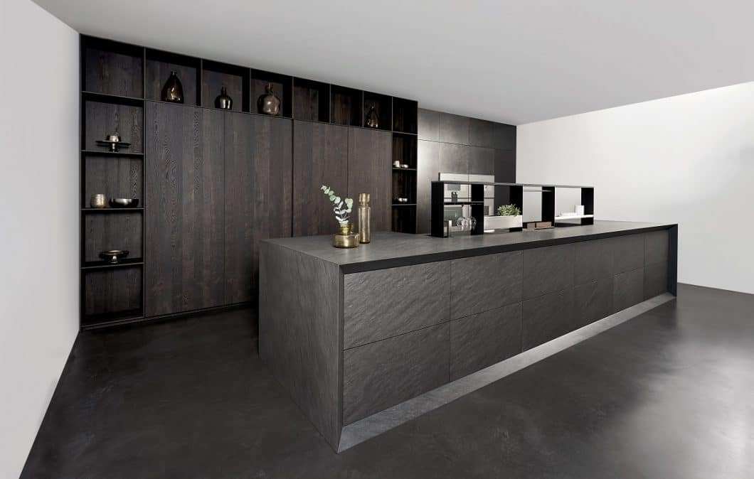 Im Zusammenspiel mit ebenso hochwertigen Premium-Materialien bei Küchenwand und Küchenschränken (hier: Eiche Furnier schwarzbraun) ergeben sich kunstvolle Küchenräume, die Ruhe und Zeitlosigkeit ausstrahlen. (Foto: eggersmann/ Michael Brinkjost)