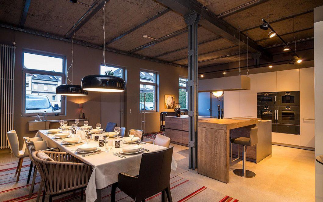 In über 90 Jahren Firmengeschichte hat sich Kelzenberg Einrichtungen immer wieder neu erfunden. Fokus der Planung liegt seit einigen Jahren auf dem Raum Küche - inklusive geselliger Zusammenkünfte zu Gerätevorführung und Gaumenschmaus. (Foto: Kelzenberg)