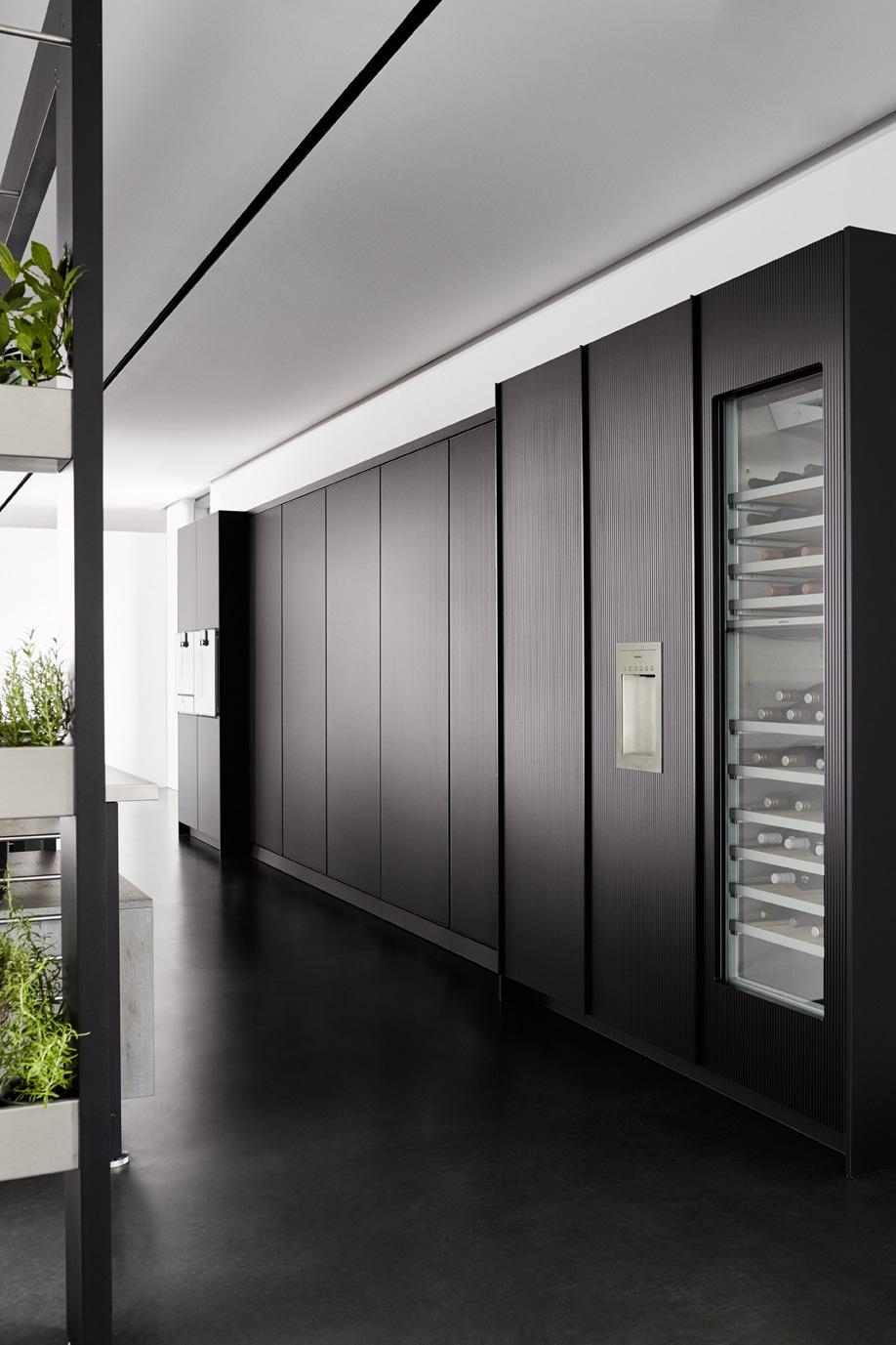 Eine geschlossene und hochästhetische Fassade von außen: das eggersmann work's TURN-Modul in Furnier Fasseiche silbergrau geölt. (Foto: eggersmann)