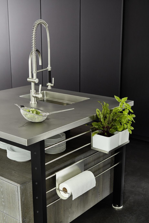 ... und einen Spülblock mit Küchenrollenhalter und Kräutertopf-Sammlung - natürlich individuell personalisierbar. (Foto: eggersmann)