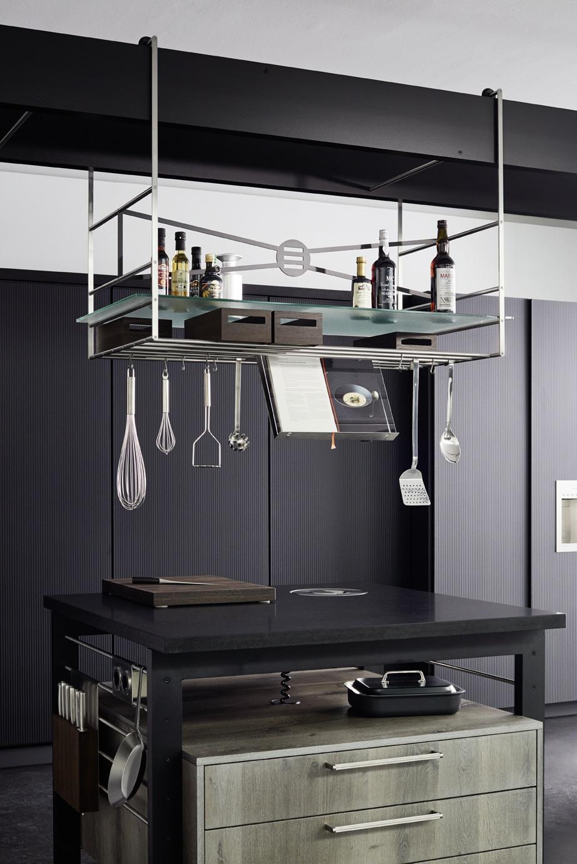 Liebe zum Detail - und zur Funktionalität: die eggersmann work's besteht aus TURN (Küchenzeile), BRIDGE (der Traverse mit einhängbarem Schrankmodul) und den 3 Küchenblöcken (I'SLANDS). (Foto: eggersmann)
