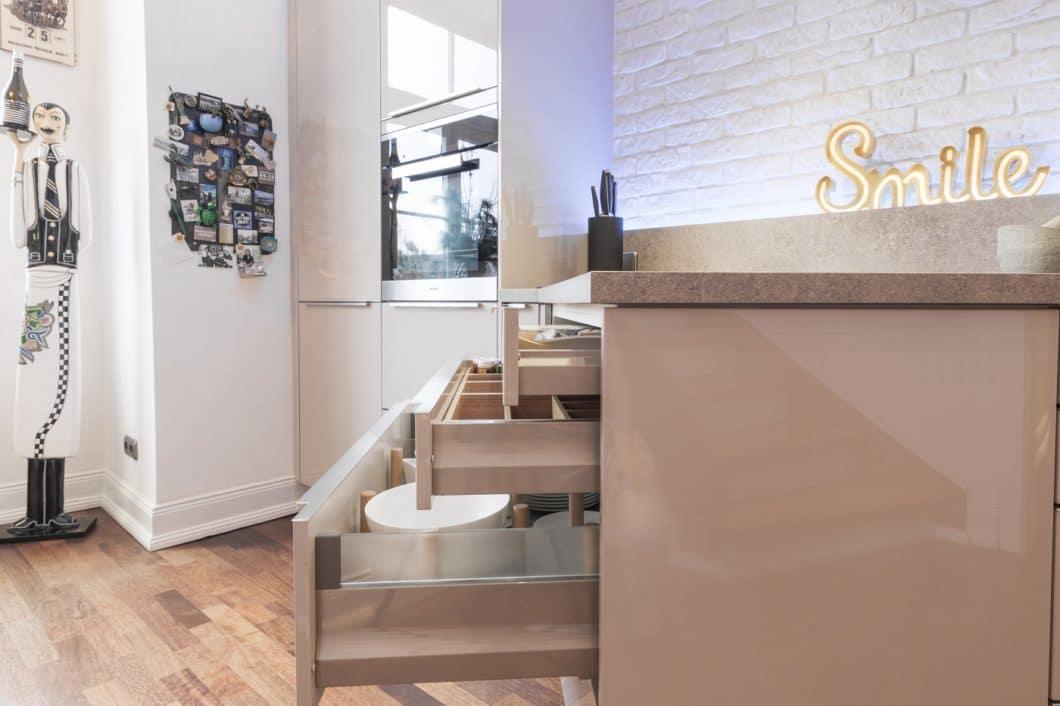 Smarte Lösung: anstatt auf wandgebundene Zeilen setzt das Kundenpaar gemeinsam mit Jonas küchen | kultur | köln auf Halbinsellösungen, die Stauraum von mehreren Seiten aus ermöglichen. (Foto: Jonas küchen | kultur | köln)