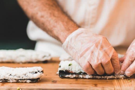 Sushi ist eine Spezialität Japans aus rohem Fisch, Algen und Essigreis. Auch hierzulande ist der gesunde Snack sehr beliebt. (Foto: Epicurrence)