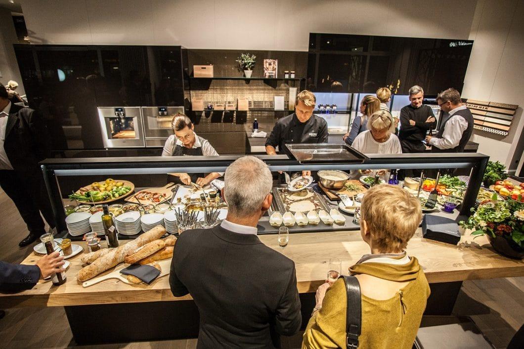 Viele hochwertige Küchenstudios veranstalten exklusive Kochevents für ihre Kunden. Hier haben Sie die Möglichkeit, neue Geräte unter professioneller Anleitung von Profiköchen zu testen - und natürlich, live zubereitete Köstlichkeiten zu genießen. (Foto: Küchenateilier Piekarz)