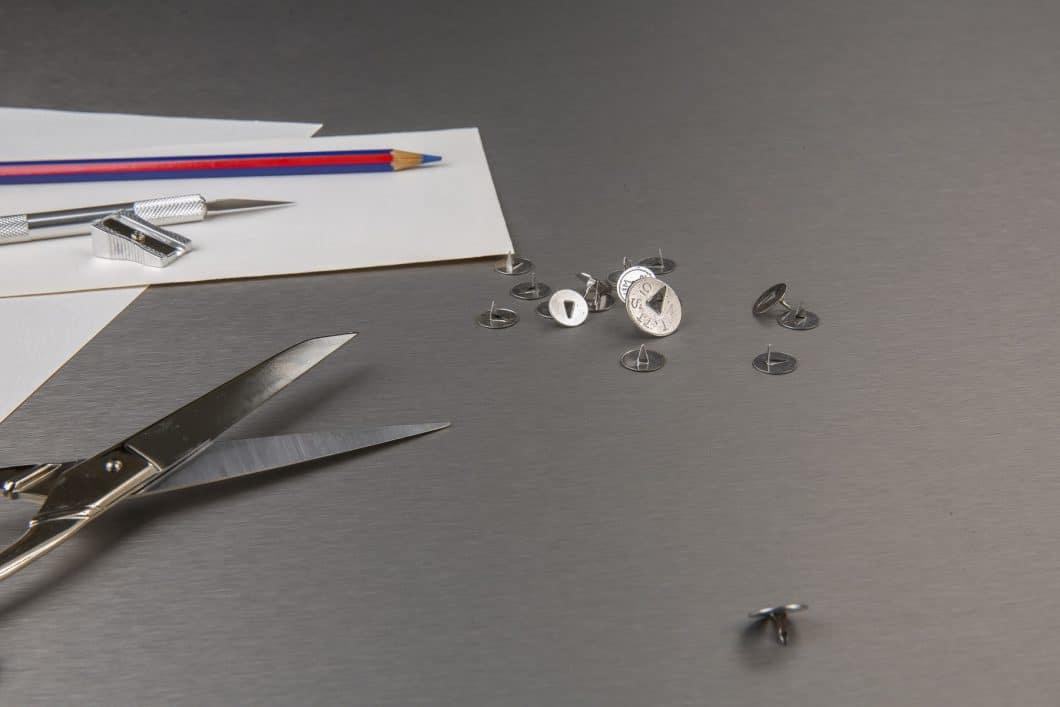 Die Besonderheit an Fenix NTA: Im Gegensatz zu herkömmlichen Metalloberflächen, die mit der Zeit eine Patina aus Kratzern entwickeln, ist Fenix NTA absolut kratzfest. Kleinere Schürfungen können thermisch ausgebügelt werden. (Foto: Arpa Industriale)