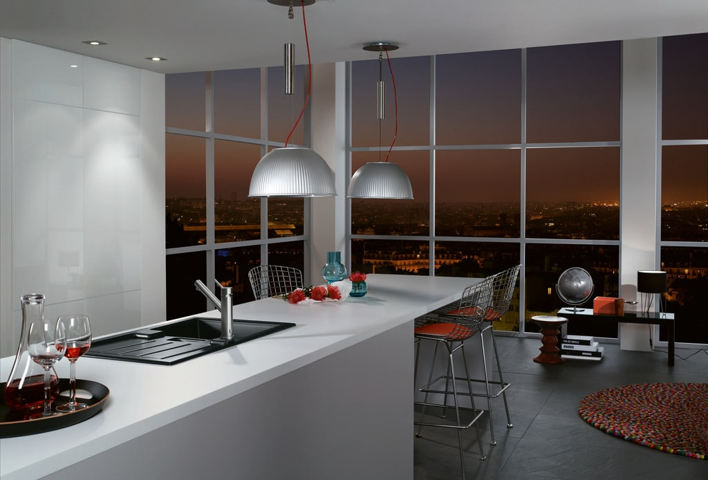 Mit Glasfronten lassen sich elegante Küchenräume erzeugen, die Zeitlosigkeit ausstrahlen. (Foto: Villeroy & Boch)