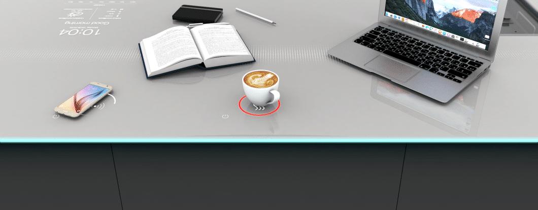 So könnte die zukünftige Arbeitsplatte von Think Next by Franke aussehen: Zum Arbeiten, Smartphone Laden, Kaffee warmhalten und natürlich auch kochen. (Foto: Franke)