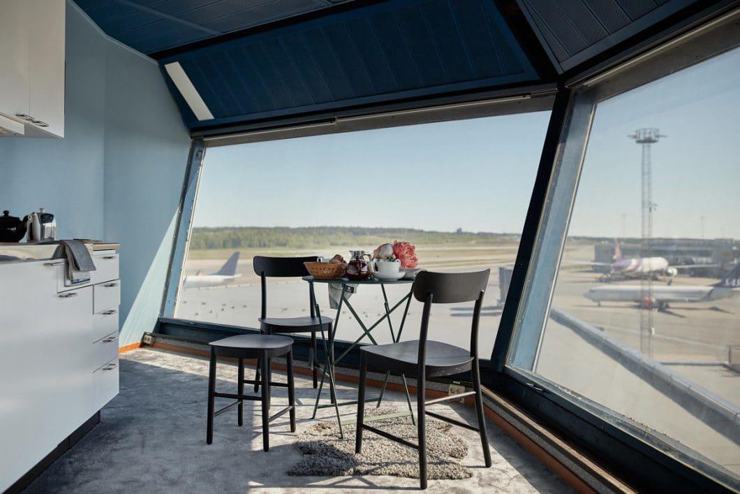 Ein romantisches Dinner mit Blick auf den Stockholmer Himmel und startende Flugzeuge. Würden wir sofort buchen! (FeWo-direkt/ Joakim Johansson)