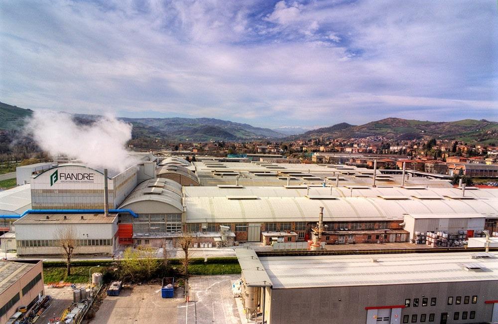 Die malerische Landschaft der Provinz Reggio Emilia wird mit großflächigen Industrieanlagen der Keramikproduzenten unterbrochen. Hier dampft das Herz der Keramikherstellung - übrigens mit nachhaltigem Programm zur Energie- und Wasserreduzierung. (Foto: Fiandre/ Iris Ceramica Group)