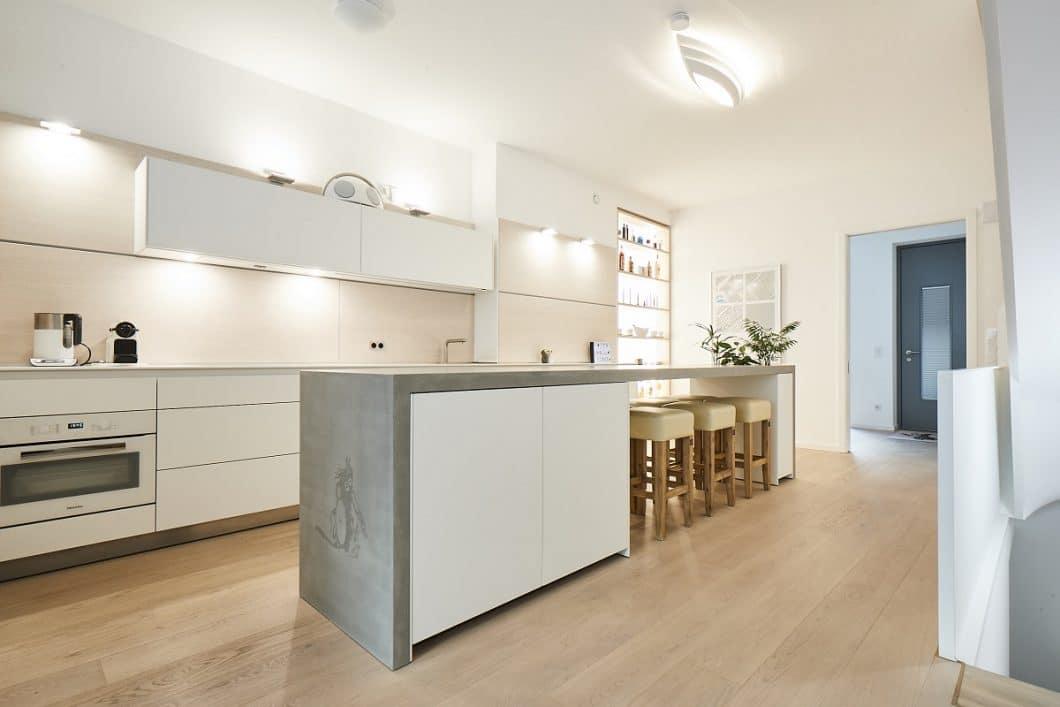 Eine Betonarbeitsplatte kann ideal zu hochwertigen Küchenräumen kombiniert werden und setzt ein besonders Design-Statement. Hier beispielsweise im Zusammenspiel mit einer bulthaup b3. (Foto: Küchen-Atelier Hamburg)