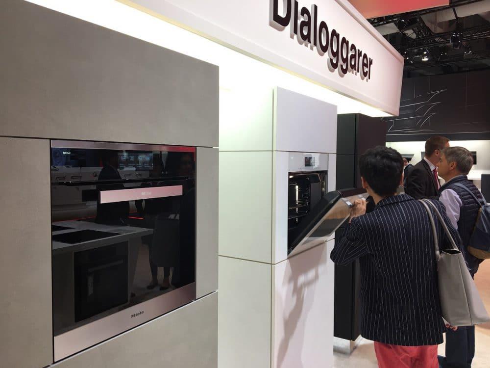 Der Dialoggarer war das allumspannende Thema der IFA 2017. Auch optisch integrierte sich das Design perfekt in die Ansprüche der Besucher ein. (Foto: Scheffer)