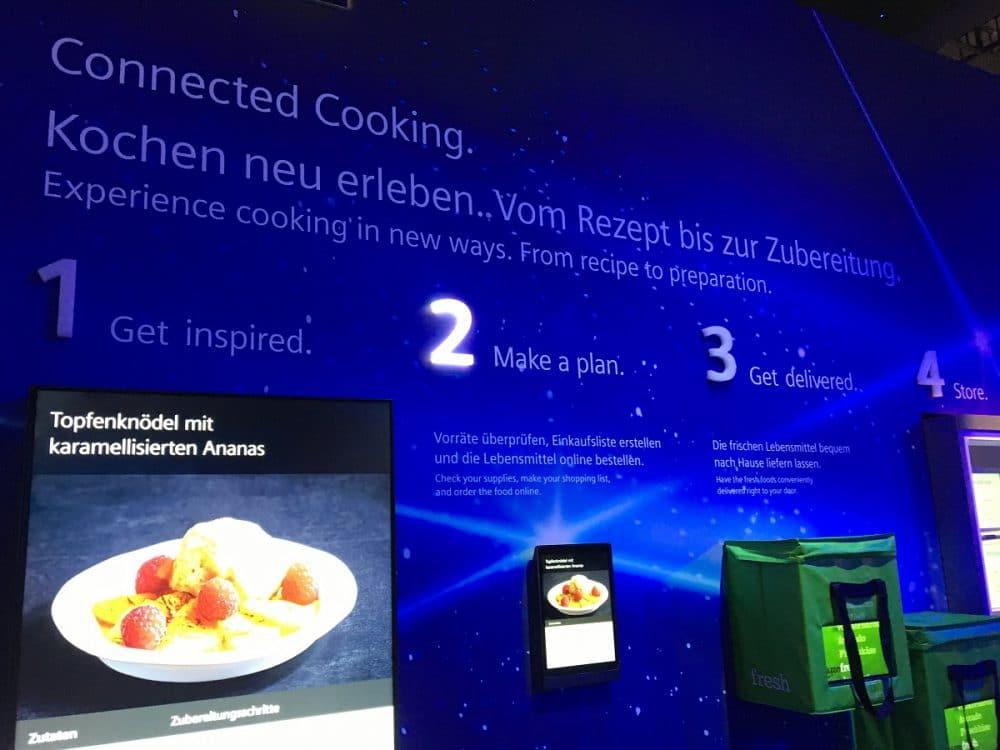 """Siemens Hausgeräte beeindruckt mit intergalaktischem Messestand - und einem """"Smart Food Storage Manager"""", der auf Wunsch benötigte Lebensmittel per Amazon Fresh ordert. (Foto: Scheffer)"""