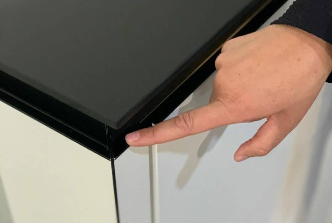 Schwarze Metallprofile und Gehrungsschnitte werten Kantenabschlüsse bei Rotpunkt optisch auf. (Foto: Küchen&Design Magazin)