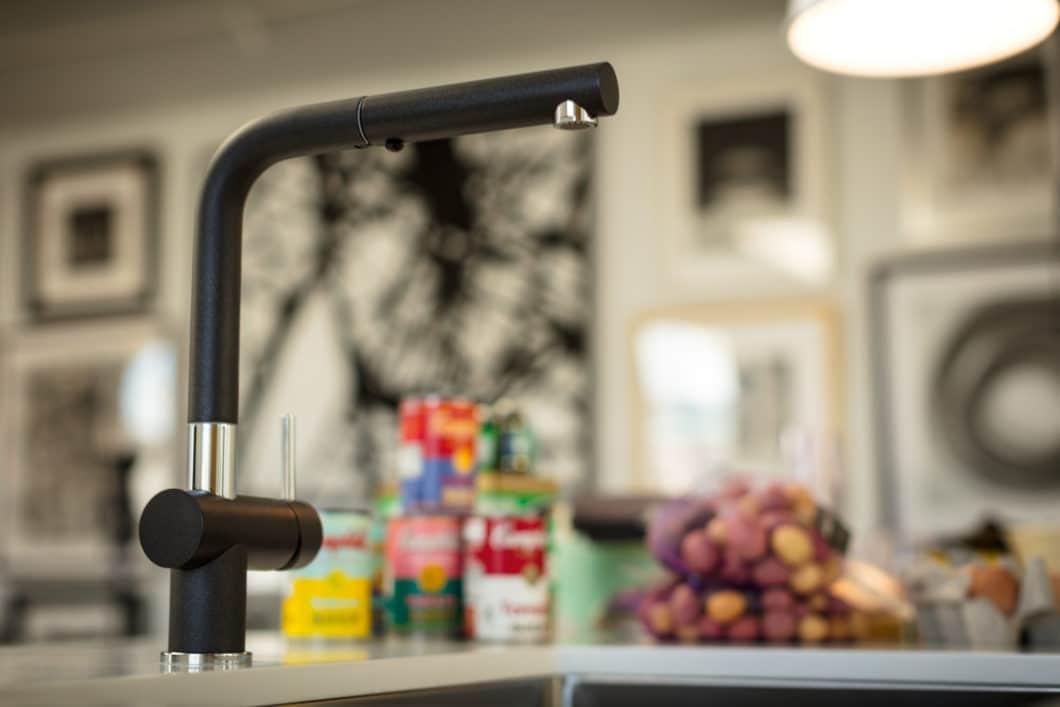 Franke durchbricht die schwarze Linienführung in seiner Armatur Active Plus mit pointierten verchromten Elementen und knüpft damit an optisch verwandte Elemente des Küchenraums an. (Foto: Franke)