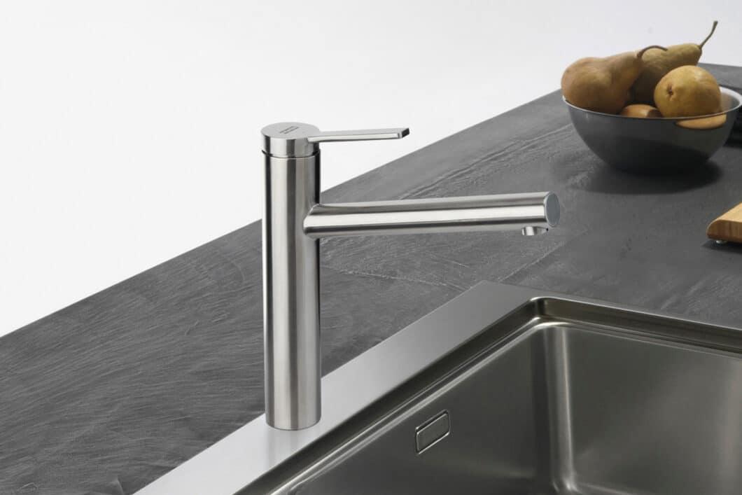 """""""Tango Nero"""" ist eine klassische Armatur in Chrom, die fugenlos aus einem Guss gefertigt ist. Ökologisch ist die Wasserspar-Kartusche mit Volumenschwelle. (Foto: Franke GmbH)"""