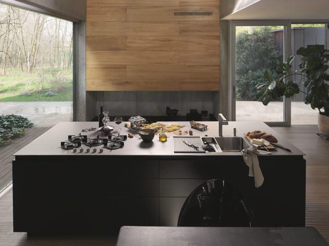 Edelstahl als Arbeitsplatte fand lange Zeit vor allem in der professionellen Gastronomie Eingang. Mittlerweile setzen auch Hobbyköche auf das hygienische, langlebige Material - und zunehmend Küchenhersteller für puristisch-kühle Fronten. (Foto: Franke)