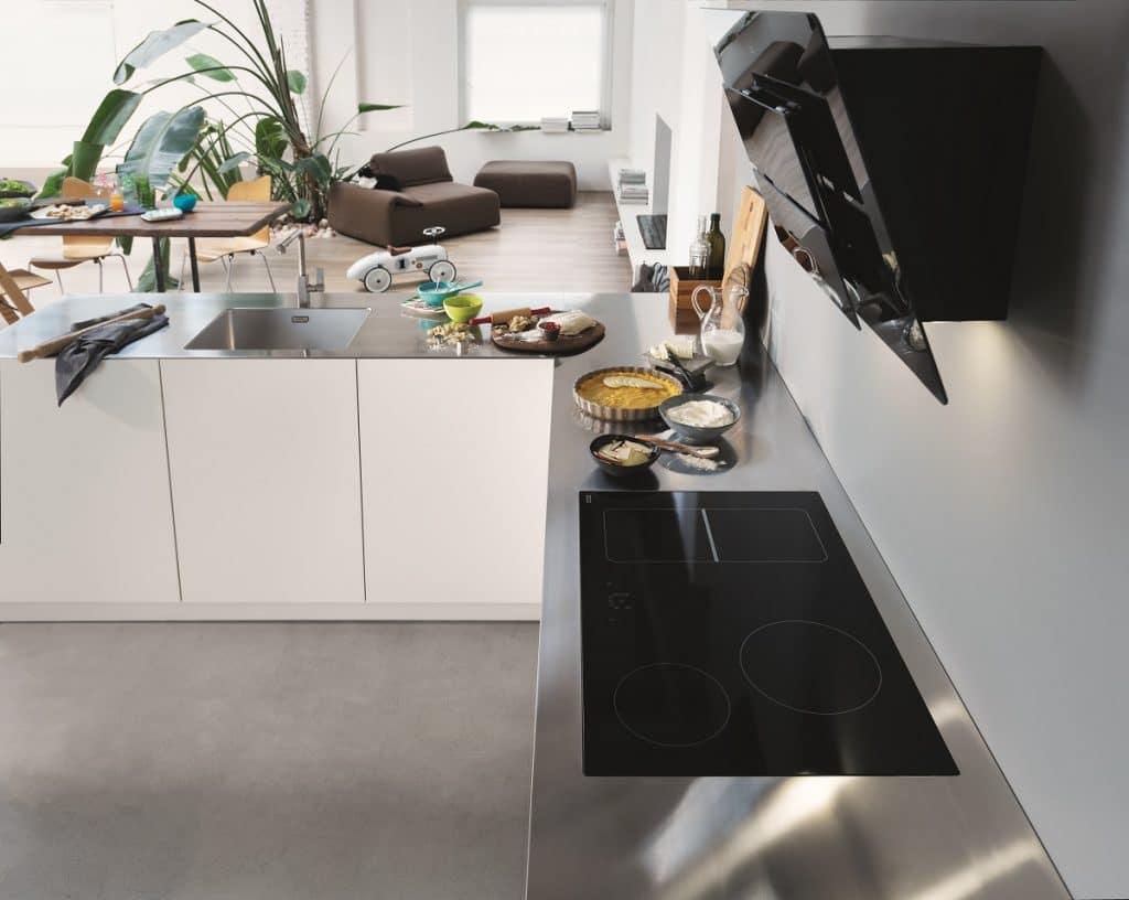 Die Customized Worktops von Franke können individuell auf die Bedürfnisse des Nutzers zugeschnitten werden - egal, ob über Eck, als einzelne Kücheninsel oder in verschiedenen Breiten und Oberflächen-Finishes. (Foto: Franke)