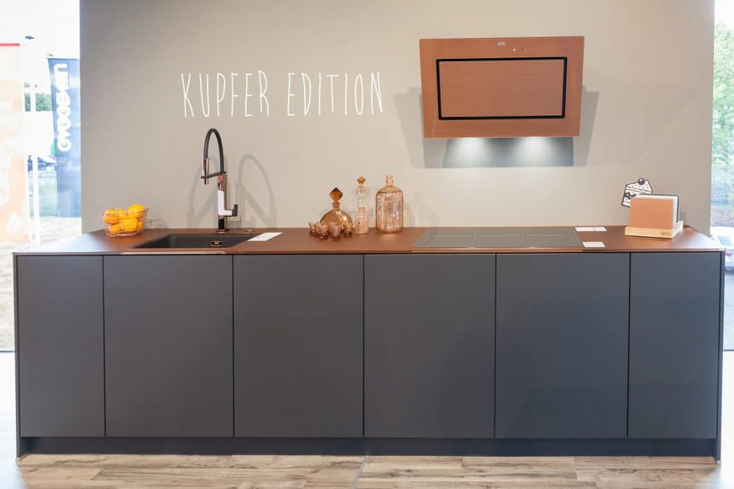 Kupfer ist der neue Trend in der Industrial Kitchen. Dunstabzug und Armatur steuert Franke bei, die kupferfarbene Glas-Arbeitsplatte stammt von Lechner. (Foto: Franke)