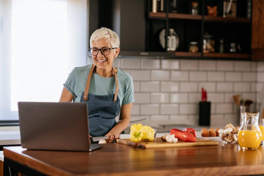 Kochen, Umräumen, Erneuern, Pläne schmieden: nutzen Sie die Zeit des abendlichen Müßiggangs für die Planung in Ihrer Küche. (Foto: adobe stock/ Bernard Bodo)