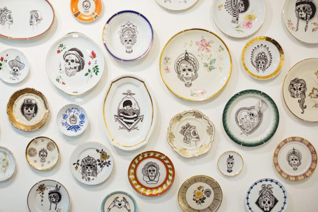 """Bringt den """"Dia de los Muertos"""" (Tag der Toten) in bizarr-schönen Motiven auf Porzellan: Frau Ines aus Berlin. (Foto: frau-ines.de)"""
