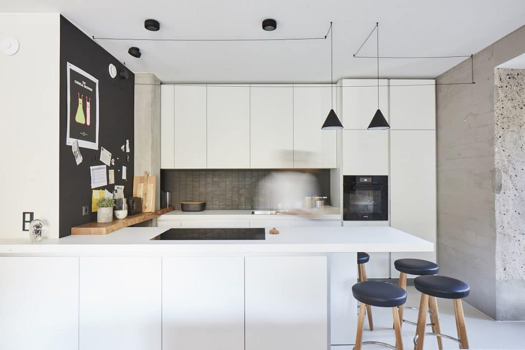 Überkragende Arbeitsplatten, die als Küchenbar genutzt werden, sehen toll aus und sind funktional für ein Getränk oder ein schnelles Frühstück. Vorsicht jedoch bei den Barhockern: Kinder nutzen diese gern zum Klettern und Kippeln. (Foto: Küchen-Atelier Hamburg, Ilagan)