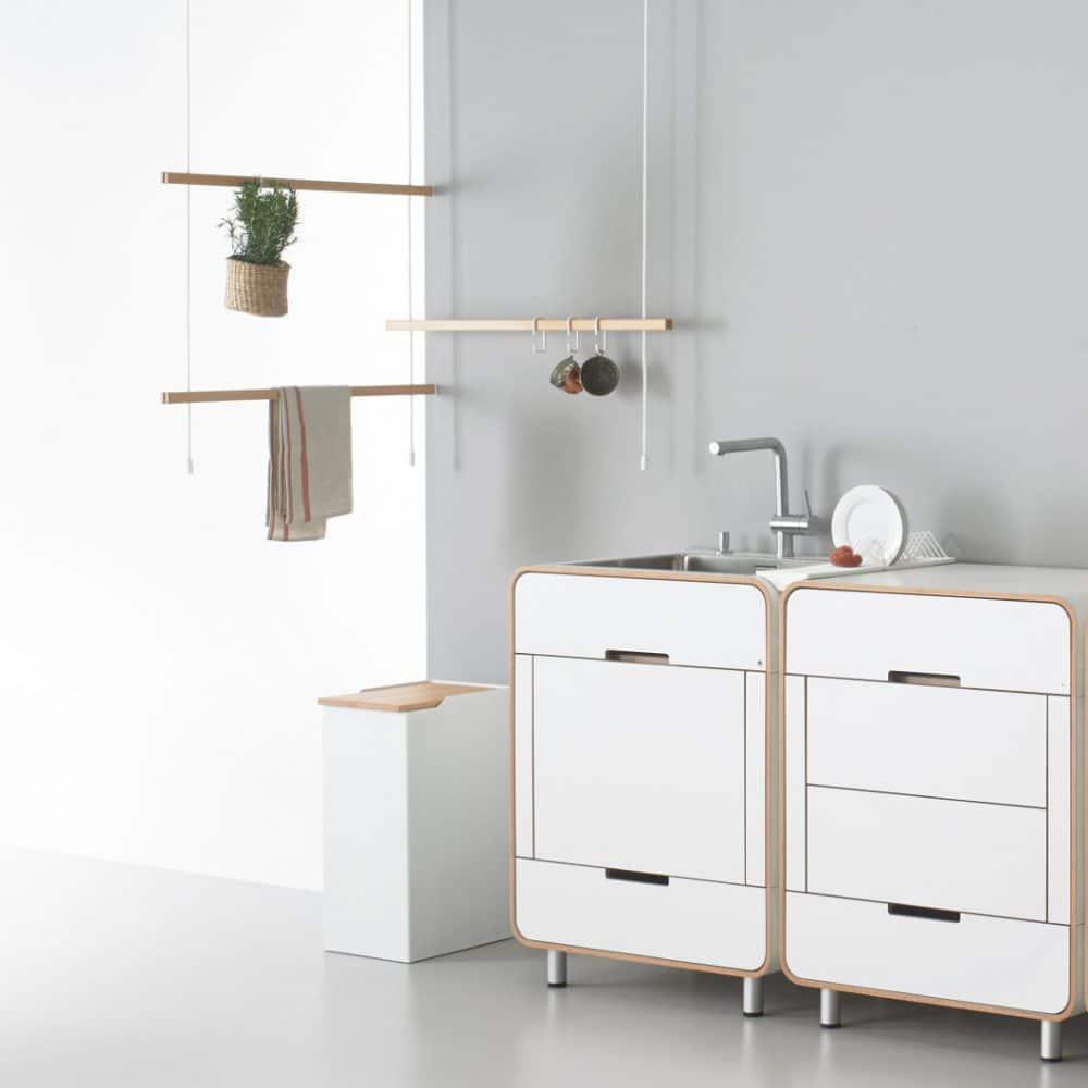 Mit diesen Küchenelementen lässt sich auch ein kleiner Raum frei gestalten. Unter den Modulen kann individuell ausgewählt werden, sodass eine Pantryküche inklusive Herdplatten auch schon mit zwei Modulen möglich ist. (Foto: Stadtnomaden)