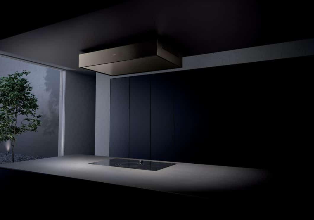 Der elegant verarbeitete Lüfterbaustein von Gaggenau in Edelstahl und Aluminium sitzt relativ unauffällig und parallel zum Kochfeld an der Decke - quasi als architektonische Spiegelung des Kochbereichs. (Foto: Gaggenau)