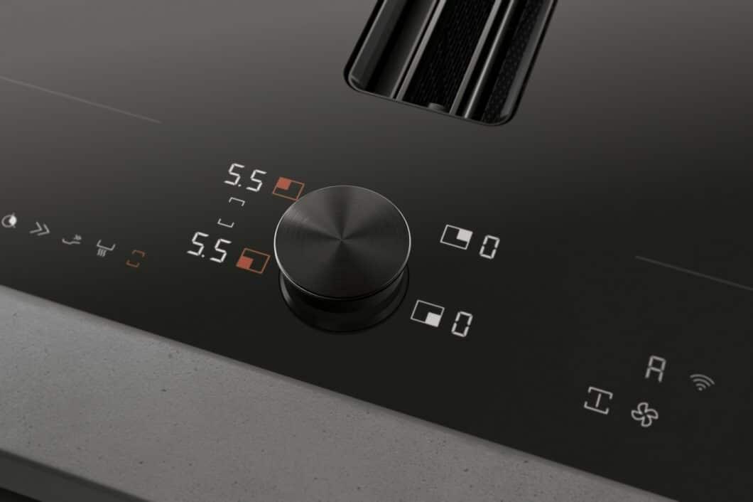 Ein kleiner Ausschnitt lässt das elegante Design des neuen Gaggenau Flex-Induktionskochfelds CV282 bereits erahnen: mit tiefschwarzem TwistPad und zarten Lüftungslamellen. (Foto: Gaggenau)