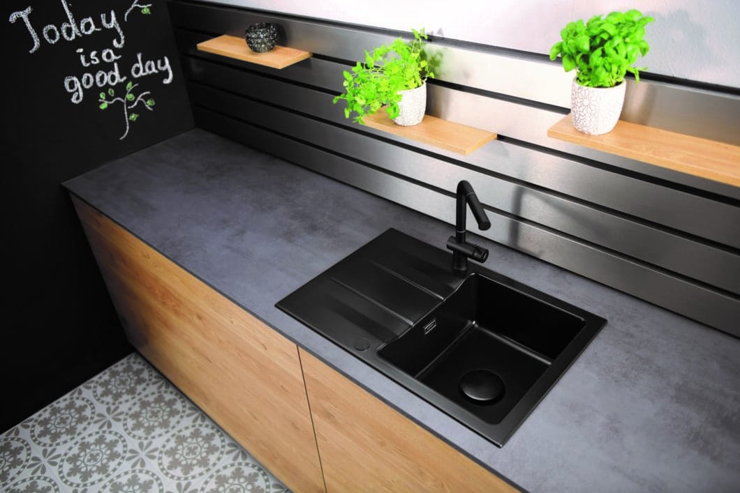 Das Modell Live von systemceram macht es vor: In Kombination mit einem schwarzen Spülbecken und einer dunklen Wandfarbe verleiht eine schwarze Armatur dem Küchenraum mit überschaubarem Aufwand industriellen Loftcharakter. (Foto: systemceram)