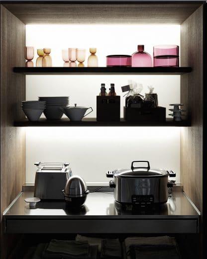 Eine Vitrine kann auch, wie hier beim italienischen Küchenhersteller Valcucine, offen und robust statt gläsern gestaltet werden.