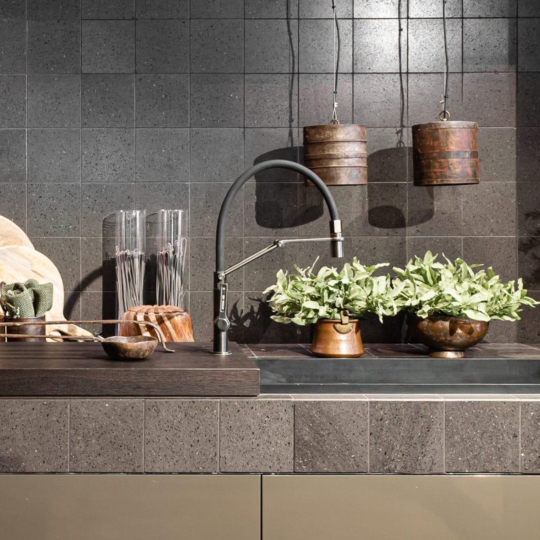 Als einer der fünf großen Aussteller der Architekturwerkstatt Löhne möchte Gessi auch auf deutschem Küchenboden Fuß fassen und seine anspruchsvolle Haltung gegenüber Küchendesign unterstreichen. Namhafte Partner wie LEICHT und V-ZUG sehen das ähnlich. (Foto: Officine/Gessi)