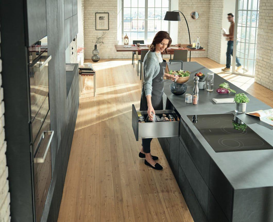 """Ergonomisch kochen bedeutet vor allem, Schubladen als Aufbewahrungszone richtig zu planen: Gewürze und Öle kommen zwischen """"Vorbereiten"""" und """"Kochen"""", weil sie bei beiden Vorgängen gebraucht werden. (Foto: Blum)"""