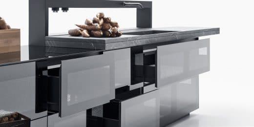 Seit über 30 Jahren arbeitet Valcucine an Küchen aus Glas; seit etwa 8 Jahren gibt es recycelbare Glasküchen. (Foto: Valcucine)