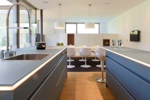 Hier können sich problemlos mehrere Menschen drehen und wenden beim Kochen: Bei einer grifflosen Küche droht keine Gefahr des Hängenbleibens. (Foto: Göfis, Austria, Erwin Werle für LEICHT)
